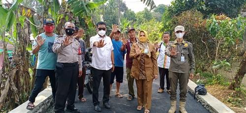 Sekretaris Camat Ciseeng Agus Sopian bersama tim, saat tengah melakukan giat monitoring dan evaluasi pelaksanaan program samisade di sejumlah desa