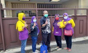 anggota DPRD Jawa Barat, Iwan Suryawan saat membagikan paket sembako di Kelurahan Empang, Kecamatan Bogor Selatan