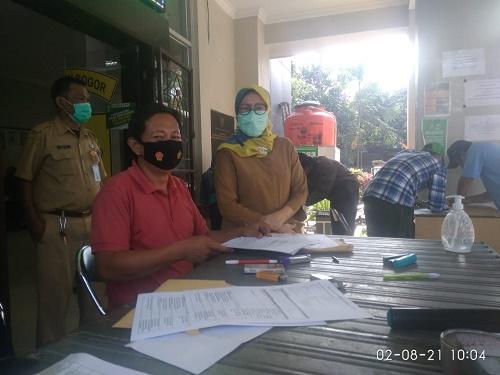 Satgas Covid 19 tampak kompak bekerja dan berkoordinasi dalam pelaksanaan giat vaksinasi massal covid di halaman kantor Kecamatan Ciseeng yang dilakukan setiap hari Senin, Selasa, Rabu dan Kamis.