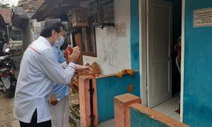 Anggota DPRD Kota Bogor, Mardiyanto saat mengunjungi rumah ibu Sukarsih di RW 07 Kelurahan Cikaret, Kecamatan Bogor Selatan