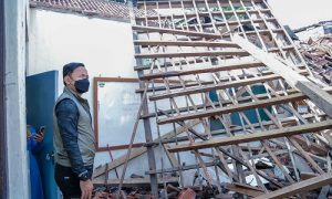Wali Kota Bogor Bima Arya meninjau Sekolah Dasar Negeri (SDN) Otista yang atapnya di beberapa ruangan kelas ambruk, Jumat (17/9/2021)