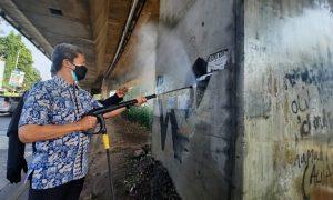 Wakil Wali Kota Bogor bersihkan grafiti di jalan Soleh Iskandar.