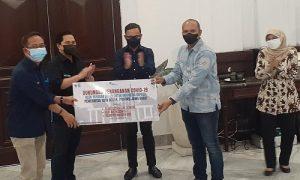 Menteri BUMN Erick Thohir memberikan bantuan secara simbolis untuk puskesmas di Kota Bogor