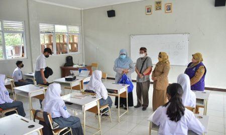Komisi V DPRD Provinsi Jawa Barat, melakukan kunjungan monitoring realisasi pelaksanaan vaksin serta meninjau kesiapan Pembelajaran Tatap Muka (PTM) di SMA Negeri 2 Lembang,